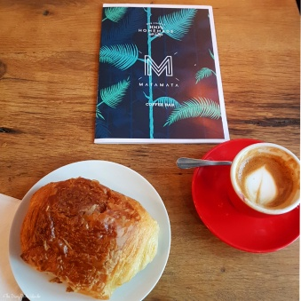 Croissant and café